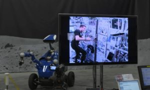 Astronauta kontrolujący łazik na Ziemi z orbity