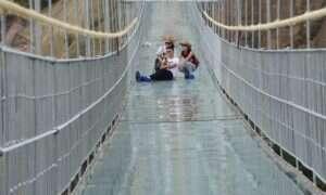 Na chińskim szklanym moście pojawiły się nieoczekiwane pęknięcia