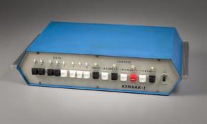 Jeden z pierwszych komputerów osobistych, Kenbak-1, wystawiony na sprzedaż