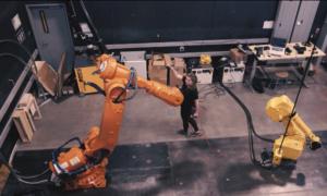 Robot przemysłowy reaguje na ruch człowieka