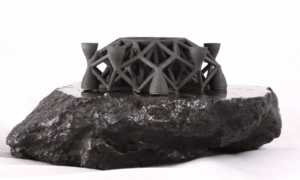 Model statku kosmicznego wykonany z kosmicznego metalu