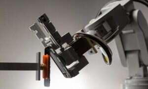 Robot dla hejterów Apple. Obejrzyjcie jak niszczy stare iPhony
