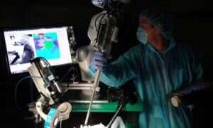Robot wykonujący operacje na tkankach miękkich