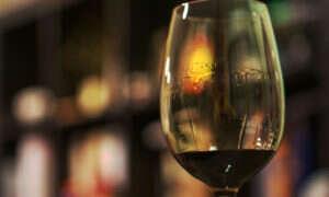 Wielkość kieliszka determinuje ilość wypitego wina
