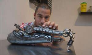 Artysta tatuażu ze swoją własną steampunkową protezą