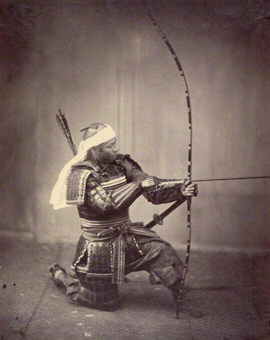 Samuraj z tradycyjnym łukiem