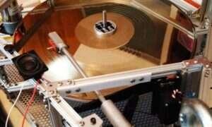 Płyta winylowa grająca w stratosferze