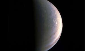 Juno fotografuje biegun Jowisza
