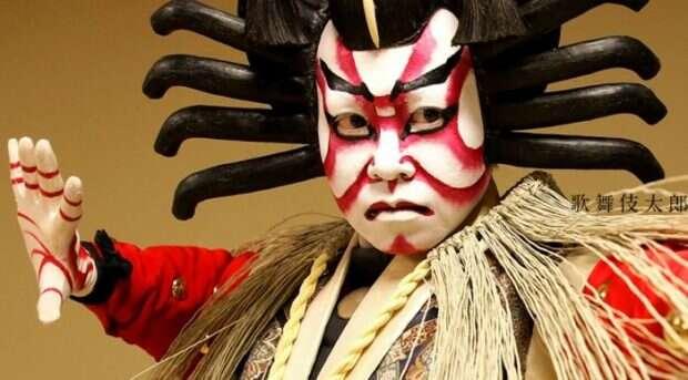 Aktor w makijażu beni-guma