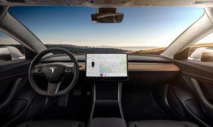 """Słowo """"futurystyczne"""" przestaje wystarczać jako opis wnętrza Tesla Model 3"""