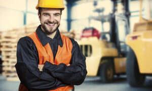Pracujesz w hali przemysłowej? Zobacz, jakie systemy zabezpieczeń Cię chronią