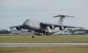 Zobaczcie jak samolot C-5M Super Galaxy ląduje bez przedniego podwozia