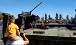 Zobacz wywracający się czołg w Rosji