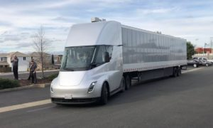 Autonomiczna ciężarówka Tesli jeździ już po całym kraju