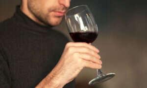 Mieszanie kieliszka wina ma swoje naukowe podstawy!