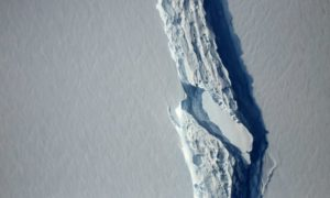 Oderwana od Antarktydy góra lodowa zaczęła niewytłumaczalnie skręcać
