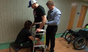 Dzięki implantowi kręgosłupa sparaliżowany mężczyzna może chodzić