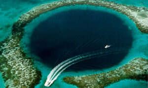 Wnuk Jacques'a Cousteau zbada rozpadlinę Great Blue Hole obok Belize