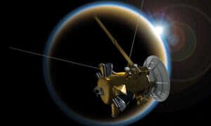Pierścienie Saturna zrzucają na jego powierzchnię tony materiału