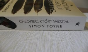 """Simon Toyne """"Chłopiec, który widział"""" – recenzja książki."""
