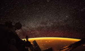 Na zdjęciu widać, jak pomarańczowa poświata niebieska ogarnęła Ziemię