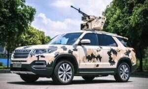SUV z karabinem maszynowym na dachu prosto z Chin