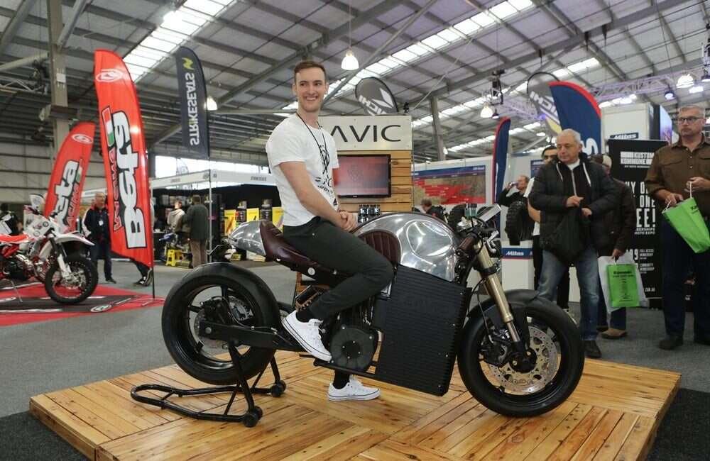 Elektryczny motocykl Alpha popchnął firmę do przełamania pierwszych lodów