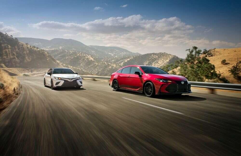 Mainstreamowe Toyota Camry i Avalon z wyścigowymi dodatkami