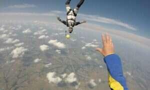 Ci naukowcy twierdzą, że użycie spadochronu podczas skoku z samolotu nie zmniejsza śmiertelności