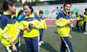 W chińskich szkołach wszywa się lokalizatory do mundurków