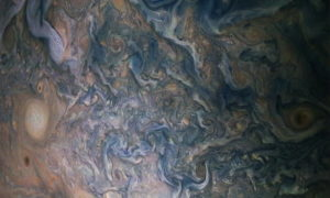 Nowe zdjęcia Jowisza pokazują burze i chmury