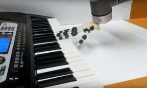 Ten robot odegrał prostą melodię na keyboardzie