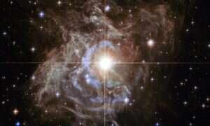 RS Puppis – gwiazda oddalona o ok. 6500 lat świetlnych jest niezwykle jasna