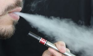 E-papierosy zostały powiązane z atakami serca czy udarami mózgu