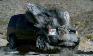 Oto co pocisk czołgowy robi z Land Roverem