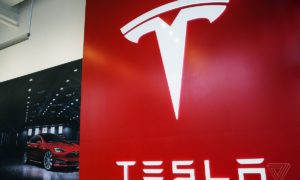 Tesla tnie koszty kończąc z programem referencyjnym