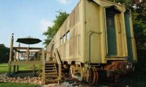 Wojskowy wagon z czasów II Wojny Światowej przerobiony na hotel