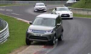 Rzuć okiem na SUVa Discovery kopiącego tyłek sportowym samochodom
