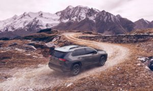 Górzyste tło w przypadku Toyoty RAV4 TRD Off-Road 2020 to nie przypadek