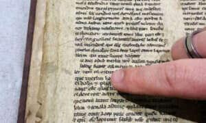 W tej bibliotece znajdowały się pergaminy o królu Arturze, Merlinie i świętym Graalu