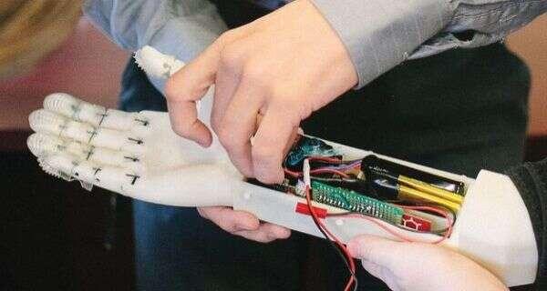 Rewelacyjny Ta proteza ręki jest niezwykle czuła i zręczna - WhatNext.pl CM44