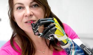 Bioniczna ręka pozwala czuć i chwytać przedmioty