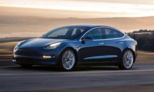 Tesla obniżyła odrobinę cenę samochodu Model 3