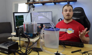 Ten gość chłodzi chłodzenie powietrzne procesora oddzielnym chłodzeniem wodnym
