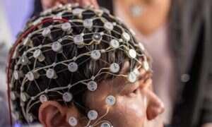 Elektryczna synchronizacja regionów mózgu pomaga w leczeniu depresji