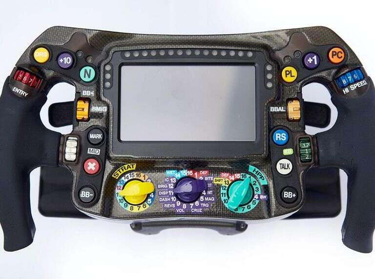 funkcje przycisków na nowoczesnych kierownicach samochodów F1