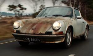 Ten egzemplarz Porsche 911 Targa z 1972 roku wygląda świetnie nawet skąpany w rdzy