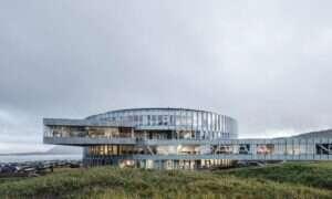Imponujący budynek Glasir na Wyspach Owczych mieści nie jedną, a trzy szkoły