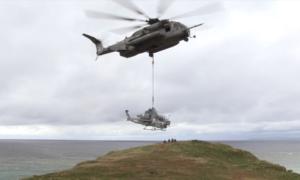 Obejrzyj, jak helikopter CH-53 Sea Stallion transportuje szturmowego AH-1Z