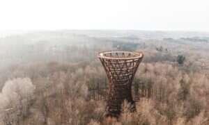 Wieża widokowa Camp Adventure rozkręciła się nad duńskim lasem